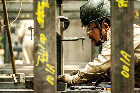 大きな溶接も職人が丁寧に仕上げ、設置先でも責任をもってその場で溶接を行います。